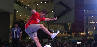 BALL SKILLS. Filipino-Norwegian Phillip Warren Gertsson shows his skills during the final round of the Asian Freestyle Footbal Championship 2016 at the SM Lanang Premiere in Davao City on Saturday, December 10. Gertsson won the event. MIndanews Photo
