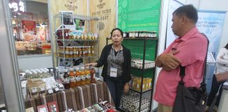 SME EXPO. An exhibitor introduces her company's products to a shopper during the opening of a three-day Mindanao SME Business Expo 2016 at the activity center of Abreeza Mall in Davao City. LEAN DAVAL JR.