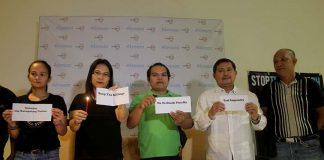 HUMAN RIGHTS ADVOCATES. A group of human rights advocates led by lawyer Manuel Quibod (second from right), Cocoy Tulawie (rightmost), Mary Ann Arnado (second from left) and Ann Gultiano (leftmost) hold small placards written with slogans during this week's edition of Kapehan sa PIA at Abreeza Mall in Davao CIty. LEAN DAVAL JR.