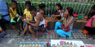 SELF-RELIANCE. Instead of begging for alms, a Lumad family sells several varieties of herbal medicines at the sidewalk in front of Sangguniang Panlungsod in Davao city yesterday. LEAN DAVAL JR.
