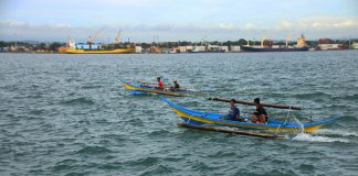 BAD WEATHER. Fishermen brave the strong currents and winds in Davao Gulf on Tuesday morning as unfavourable weather condition continue to affect most provinces in the region including Davao City and the Island Garden City of Samal. (Alexander D. Lopez)
