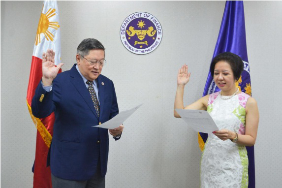 NEW DIRECTOR. Department of Finance (DOF) Secretary and Philippine Deposit Insurance Corporation (PDIC) Chairman Carlos G. Dominguez III administers the oath of office of Anita Linda R. Aquino as Director of the PDIC Board representing the Private Sector, in simple ceremonies at the PDIC office on February 7, 2017.