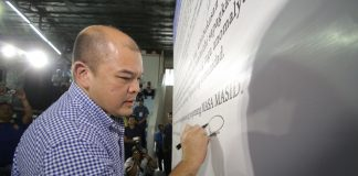 """COMMITMENT. Governor Steve Chiongbian Solon signs the pledge of commitment wall to show support to the Mamamayang Ayaw sa Anomalya, Mamamayang Ayaw sa Iligal na Droga (MASA MASID) during its provincial launching at the Capitol gym on February 14. Gov. Solon led the pledge where thousands of Sarangans took oath showing their commitment to the MASA MASID program, including members of the Integrated Barangay Defense System and Development (IBDSD) project of the Sulong Sarangani program. The IBDSD project will be MASA MASID's volunteer structure in the communities of Sarangani. The launching was attended by Interior and Local Government Secretary Ismael """"Mike"""" Sueno, regional heads, board members, mayors, religious sector, women's organizations, academe, barangay local government unit and members of the IBDSD. (Kim Tiblani/PROVINCIAL GOVERNOR'S OFFICE)"""