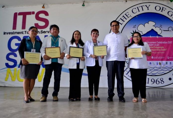 DOH AWARD. City Mayor Ronnel Rivera and members of the Rural Health Unit (RHU) receive certificates of recognition from Department of Health (DOH) Region XII for achieving the highest performance target in providing initiated HIV Counseling and Testing (PICT) among TB patients for the period from July to December 2016. (Russel Delvo/Gensan CPIO)