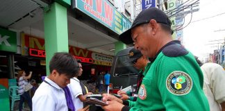 NO LET-UP. City Transportation and Traffic Management Office anti-jay walking enforcers issue citation tickets to students who violate the Anti-Jaywalking Ordinance along San Pedro Street in Davao City yesterday. There are still dozens of violators apprehended every day since the ordinance was strictly implemented two months ago. LEAN DAVAL JR.
