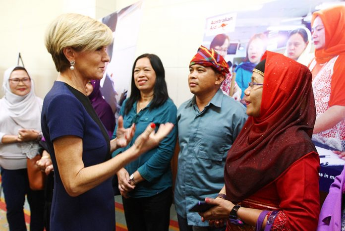 Julie Bishop, Australia's Minister for Foreign Affairs, chats with teachers from the Autonomous Region in Muslim Mindanao (ARMM) following a press briefing at the Marco Polo Hotel in Davao City on Friday, 17 March 2017. The Australian government has been supporting education in the ARMM since 2002.MINDANEWS PHOTO