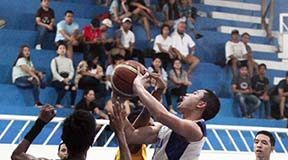 HEAVY TRAFFIC. Ateneo's Francis Gabriel Escandor goes up against a phalanx of defenders from Davao City National High School. LEAN DAVAL JR.