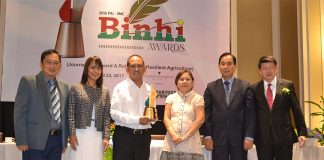 ANOTHER AWARD. Edge Davao writer and columnist Henrilito Tacio Jr. (third from left) bags two trophies during the 2016 Binhi awards held last March 22, 2017 in Makati City. Presenting the award is Senator Cynthia Villar.