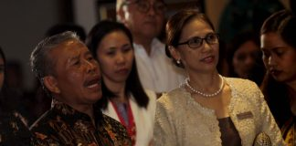 CULINARY FESTIVAL. Indonesian Consul General BerlianNapitulu (left) and Marco Polo Davao general manager Dottie Wurgler-Cronin sing along with Indonesian performers during the opening of the Indonesian Culinary Festival at MRD's Lotus Court on Friday evening. LEAN DAVAL JR.