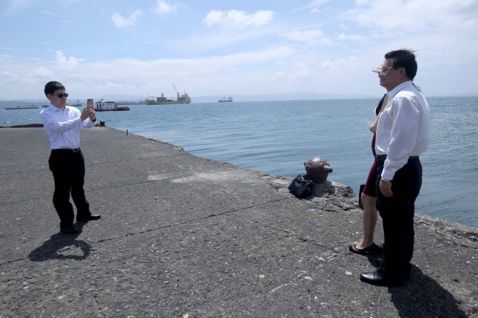 DAVAO VISIT. Chinese delegates take their photographs at Sta. Ana Port in Davao City, the site of the proposed Port and Coastal Development project which Chinese Vice Premier Wang Yang inspected yesterday. LEAN DAVAL JR.