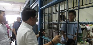 BEHIND BARS. Mayor Allan Rellon visits the pretend anti-smoking enforcer in the Tagum City Jail who was arrested for allegedly extorting money to violators of the City Ordinance No. 703. Mayor Rellon urges the public to be vigilant with fake enforcers and to stop using or selling tobacco products. (CIO Tagum)