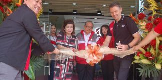 """Chief Agency Officer Anagel """"Jay"""" Ledesma cuts the ceremonial ribbon of Philam Life SPARK center, She is assisted by VizMin head Roland Enriquez, left, Chief Life Agency Officer Richard Bracken and agency leaders led by Davao Agency Manager Henry Evangelista."""