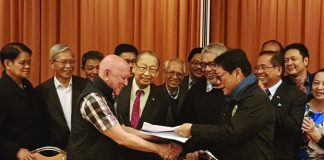 SIGNED. Government peace panel chair SIlvestre Bello III (r) and NDF peace panel chair FIdel Agcaoili exchange copies of the signed Interim Joint Ceasefire Agreement Wednesday in The Netherlands. Photo courtesy of OPAPP