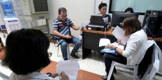 CATCH-UP. A tax payer fills up an annual tax return form while waiting for her turn during the last day of filling of Income Tax Return at the Bureau of Internal Revenue regional office along Bolton Extension in Davao City on Monday. LEAN DAVAL JR.