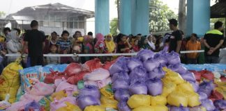 Evacuees from Marawi City line up while waiting for the distribution of goods at the covered court in Balo-i, Lanao del Norte on Tuesday, 30 May 2017. MindaNews photo by H. Marcos C. Mordeno
