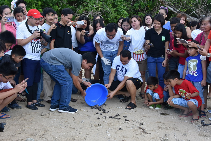 Letting go. Davao Light employees together with the various guests came to witness the releasing of the pawikan hatchlings at the Cleanergy Park, Punta Dumalag Matina Aplaya, Davao City. This is one way to educate the community about the importance of preserving the environment especially for these already endangered species.