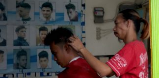 NEW LOOK. A man gets his hair done by a neighborhood barber at a community in Brgy. 23-C, Quezon Boulevard, Davao City. LEAN DAVAL JR.