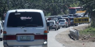 TOEING THE LINE. Vehicles entering Davao City form a queue stretching out nearly a kilometer long due to the stricter security inspection being implemented by Task Force Davao at the checkpoint in Toril. LEAN DAVAL JR.