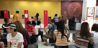 UNEXPECTEDLY. Dozens of clients of Bank of the Philippine Islands (BPI) Abreeza Mall branch endure long hours of waiting to withdraw money as the bank went offline on Wednesday due to a system glitch. LEAN DAVAL JR.