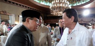 WELL-WISHERS BOTH. President Rodrigo Duterte greets Moro Islamic Liberation Front (MILF) chairman Murad Ebrahim during the Eid'L Fitr celebration at Malacañan Palace on Tuesday evening. PRESIDENTIAL PHOTO