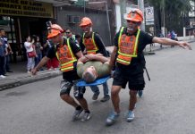 "THE RIGHT WAY. Army reservists carry a ""victim"" to safety during a practice for the upcoming nationwide simultaneous drill slated on June 29 along Bolton Street in Davao City on Saturday. LEAN DAVAL JR."