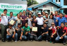 Department of Agriculture (DA) Secretary Emmanuel Piñol (center with white cap) pose with the beneficiaries of hauling trucks and tractors during the turnover ceremony in Almendras Gym, Davao City. (Photo by Ronell B. Tangonan, DA-11)
