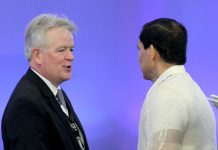 LIVELY EXCHANGE. British Chamber of Commerce-Philippines president Chris Nelson (left) exchanges pleasantries with Davao City Chamber of Commerce and Industry, Inc. (DCCCII) president Captain Ronald Go during the opening of 2017 Davao Investment Conference conference at SMX Convention Center in Lanang, Davao City on Friday. LEAN DAVAL JR.