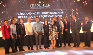 Phoenix Petroleum wins the Outstanding Filipino Franchise in Retail-Large Store Category in the 2017 Franchise Excellence Awards. Receiving the award for the company are Phoenix Petroleum AVP for Sales Mega Manila Ericson Inocencio (6th from left) and AVP for Brand and Marketing Celina Matias (7th from left) during the awards held at the SMX Convention Center, SM Mall of Asia, Pasay City on July 19, 2017.