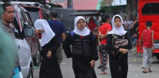 BACK TO SCHOOL. Muslim girls walk from their homes to a community Madrasah school in Brgy. 23-C Mini-forest, Quezon Blvd., Davao City on Saturday morning. LEAN DAVAL JR.