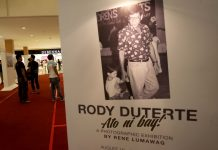 """ICONIC. Mall-goers check out some of the most iconic old and new photographs of President Duterte by Rene Lumawag during the second day of the veteran photo journalist's """"Rody Duterte Ato ni Bay!"""" photographic exhibition at the ground floor of Abreeza Mall on Thursday. LEAN DAVAL JR."""