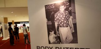"ICONIC. Mall-goers check out some of the most iconic old and new photographs of President Duterte by Rene Lumawag during the second day of the veteran photo journalist's ""Rody Duterte Ato ni Bay!"" photographic exhibition at the ground floor of Abreeza Mall on Thursday. LEAN DAVAL JR."