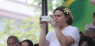 BEHIND THE LENS. Davao City Mayor Sara Duterte-Carpio takes photos of the colorful floral floats during 'Pamulak sa Kadayawan', the culminating event of the week-long Kadayawan sa Davao 2017, at Kadayawan square along San Pedro Street on Sunday. This year's festivity has posted an online reach of 2.6 million people according to the officials of Davao Digital Influencers, the official social media partner of the Kadayawan sa Davao 2017. LEAN DAVAL JR.