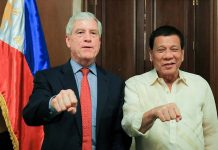 ICONIC POSE. President Duterte does his signature pose along with Australian Secret Intelligence Service Director General Nicolas Peter 'Nick' Warner who paid a courtesy call on the President at the Malacañan Palace on Tuesday night. ALBERT ALCAIN/PRESIDENTIAL PHOTO