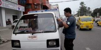 ERRING DRIVER.A personnel from the Anti-Smoke Belching unit of the City Environment and Natural Resources Office (Cenro) issues a citation ticket to a public utility vehicle driver after violating Ordinance No. 0280 or the Anti-Smoke Belching Ordinancealong R. Magsaysay Avenue in Davao City on Thursday. LEAN DAVAL JR.