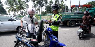 BEHAVED MOTORIST.A traffic enforcer from the City Transport and Traffic Management Office (CTTMO) inspects the registration of a motorcycle during an 'Oplan Lambat-Sibat' along R. Castillo Street in Davao City on Thursday. LEAN DAVAL JR.
