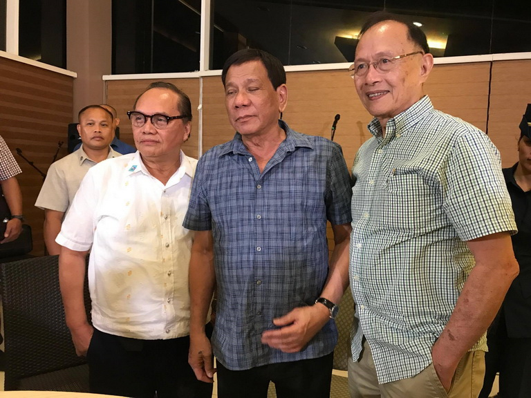 AT HOME. President Rodrigo Duterte with veteran journalists Antonio M. Ajero (left)_ editor of Edge Davao and columnist Jun Ledesma (right)