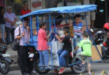 ANXIOUS CLIENTELE. A group of young boys clings to a food cart while waiting for the vendor to finish frying popcorn along Roxas Avenue in Davao City on Saturday. LEAN DAVAL JR