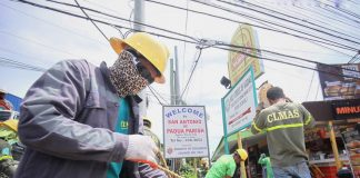ROPING. Linemen prepare the eight-kilometer long rope which will be used for roping, a process to measure the length of the wire that will be installed to the electric post, along R. Castillo Street in Davao City on Thursday. LEAN DAVAL JR.