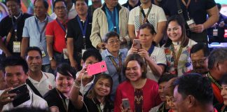 DISCLAIMER.Davao City Mayor Sara Duterte-Carpio is being mobbed by councilors from the different cities and municipalities around the country who wanted to have a selfie with her during a gathering in Davao City in this undated photo. The popular mayor however issued a statement this week that she is not interested to run for president. LEAN DAVAL JR.