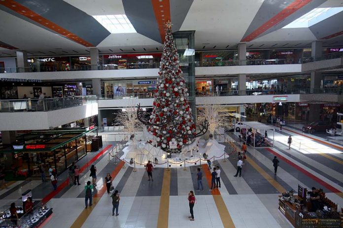 SEASON TREAT. Mall goers gather in front SM Lanang Premier's giant Christmas tree to have their photos taken on Thursday. The mall kicked off the Christmas season with the launched of its Christmas tree on Wednesday night. LEAN DAVAL JR.