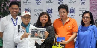 DESERVING. Scarevengers 2017 photo contest winner Rudolp Alama (2nd from right) receives his prizes from Randy Dominguez (leftmost), communications manager for Visayas and Mindanao of San Miguel Pure Foods Company (SMPFC), SM City Davao public relations manager Precious Ann Legario (2nd from left), veteran photo journalist and presidential photographer Rene Lumawag (3rd from left) and Prix Banzon of Philippine News Agency (PNA) during the awarding ceremony held at the Annex of SM City Davao on Monday. LEAN DAVAL JR.