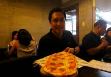 STRAIGHT FROM THE OVEN. Munchtown Grill Davao owner Carlo Lorenzana shows off a freshly cooked pepperoni pizza during a food tasting for media and bloggers on Wednesday afternoon. The restaurant is located along F. Torres Street in Davao City. LEAN DAVAL JR.