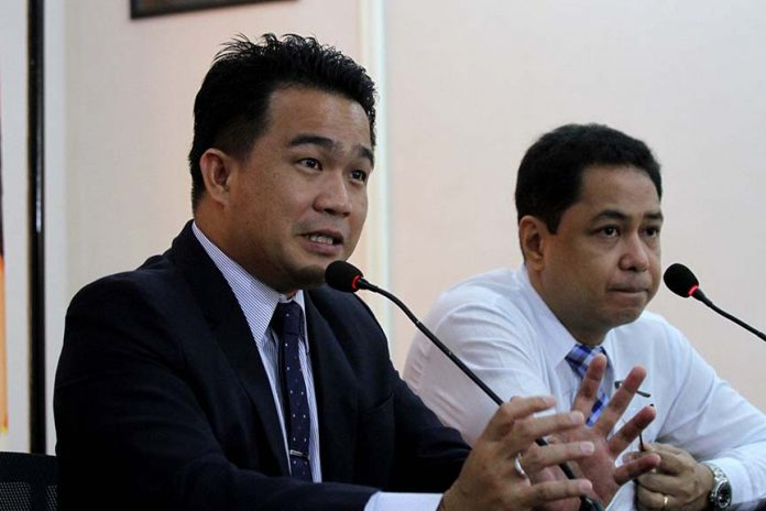 PESTERING ISSUE. Majority floor leader Councilor Bernard Al-ag (left) says the city government of Davao is in dire need to acquire lands specifically in the South and Northeast part of the city for new sanitary landfills as the existing landfill in Carmen is near to being filled up. Al-ag, together with Councilor Melchor Quitain Jr., graced Pulong Pulong ni Pulong on Tuesday. LEAN DAVAL JR.