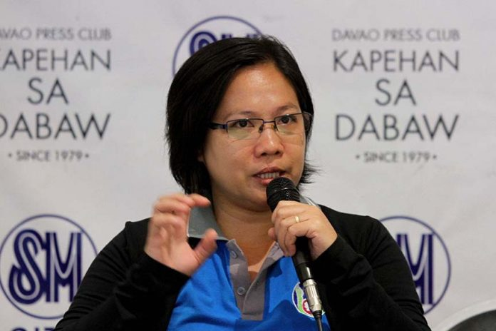 GOING ORGANIC. Interface Development Interventions (IDIS) executive director ChinkiePeliño-Golle provides the schedule of activities for the organic agriculture month during the Kapehan sa Dabaw at the Annex of SM City Davao on Monday. LEAN DAVAL JR.