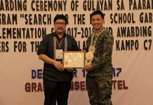 DA-XI Director Ricardo M. Oñate, Jr. hands over the plaque and certificate to Capt. Jayrald Ternio of the 71st Infantry (Kaibigan) Battalion in Mawab, Compostela Valley Province for winning the best Gulayan sa Kampo implementer for 2017. (Photo by: Jay L. Delino DA-11)