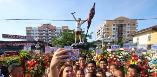 CONNECTING ON THE SPOT.Davao City Mayor Sara Duterte-Carpio takes a groupie photo with high school students after laying a wreath at the monument of Andres Bonifacio during the commemoration of the hero's 154th birth anniversary on Thursday. LEAN DAVAL JR.