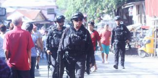 WELCOME SIGHT. Members of Special Weapons and Tactics (SWAT) of the Davao City Police Office (DCPO) help secure area and the belongings of the residents of Brgy. Pag-asa in Bankerohan that was hit by fire on Tuesday. LEAN DAVAL JR.