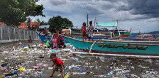 NO PLACE TO GO. Young children spend their afternoon playing along a dirty beachfront near their houses in a coastal community in Isla Verde, Davao City on Thursday. LEAN DAVAL JR