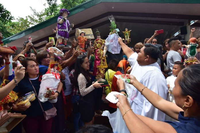 DEVOTEES. Catholic devotees gather to have their Sto. Nino images blessed by a priest during the Golden Jubilee of the Shrine of the Holy Infant Jesus of Prague in Shrine Hills, Matina, Davao City on Monday. LEAN DAVAL JR