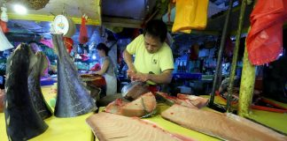 FOR THE TAKING. A fish vendor prepares special tuna cuts before customers flock for an afternoon shopping at the wet section of Bankerohan Public Market in Davao City on Thursday. LEAN DAVAL JR.